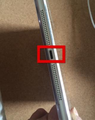iPadが充電できないとき、充電コネクタにホコリがたまっている