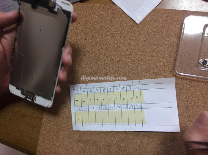 iPhoneの分解 ネジがたくさんあるのでシートに貼り付ける